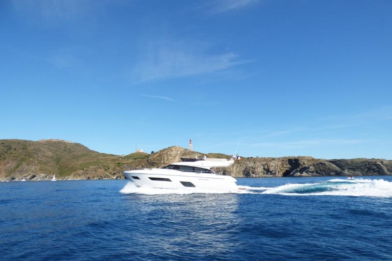 bateau-ferretti-550-en-mer