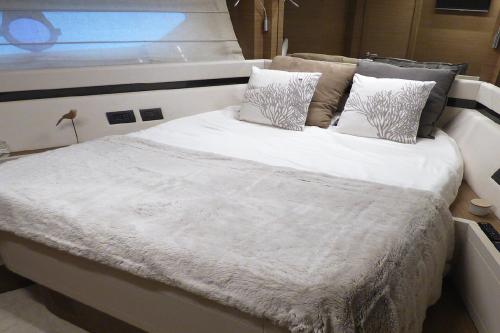 interieur-cabine-ferretti-550-lit-double