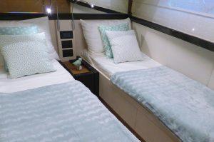 interieur-cabine-ferretti-550-lits-simple