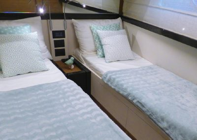 interieur-cabine-ferretti-550-lits-simple