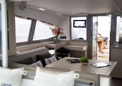 salon-interieur-deco-catamaran-leopard