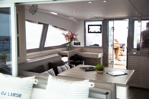 carré-intérieur-catamaran-leopard-déco